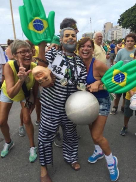 Máscara de Lula presidiário faz sucesso no Rio de Janeiro
