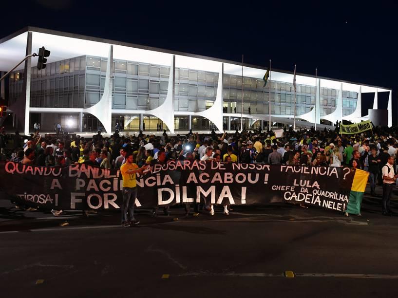 Manifestantes realizam protesto contra a nomeação do ex-presidente Luiz Inácio Lula da Silva para o Ministério da Casa Civil, em Brasília (DF)