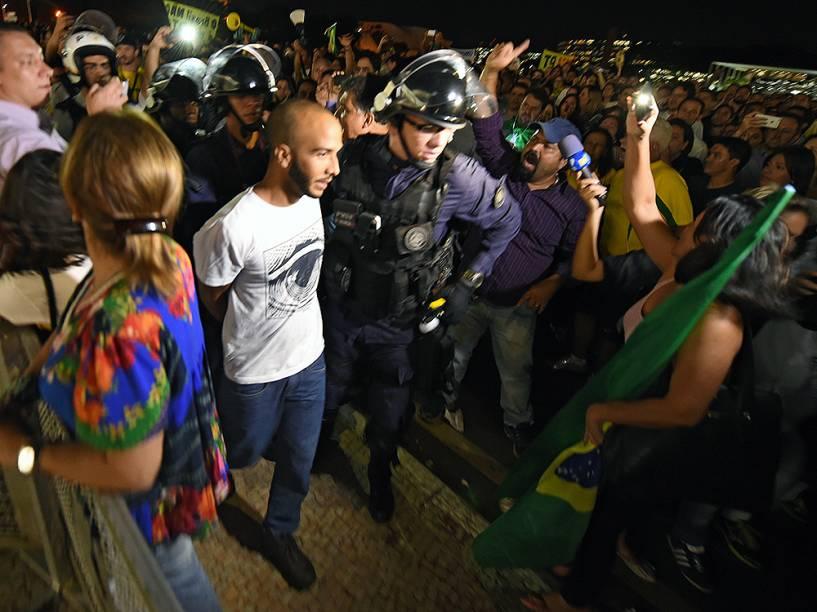 Homem é retirado de manifestação em Brasília