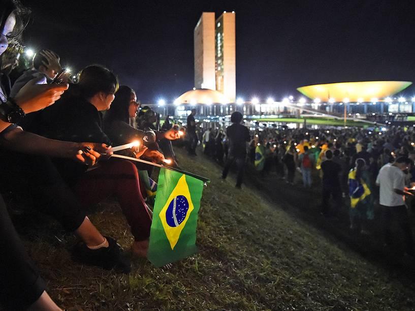 Protesto contra o governo de Dilma Rousseff e a nomeação do ex-presidente Lula, ao cargo de ministro-chefe da Casa Civil, em frente ao Palácio do Planalto, em Brasília (DF), na noite desta quinta-feira (17)