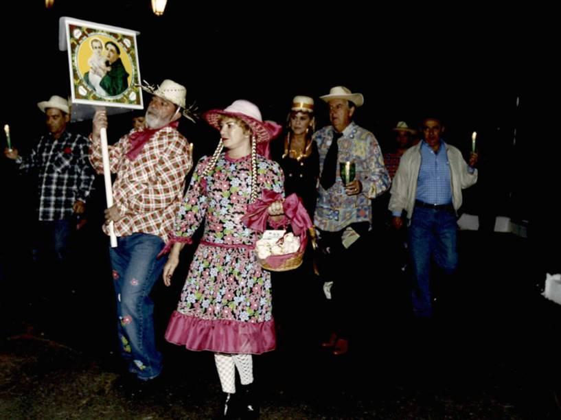 Foto apreendida na casa de José Carlos Bumlai: o amigo de Lula aparece no canto direito, sem fantasia, segurando uma vela