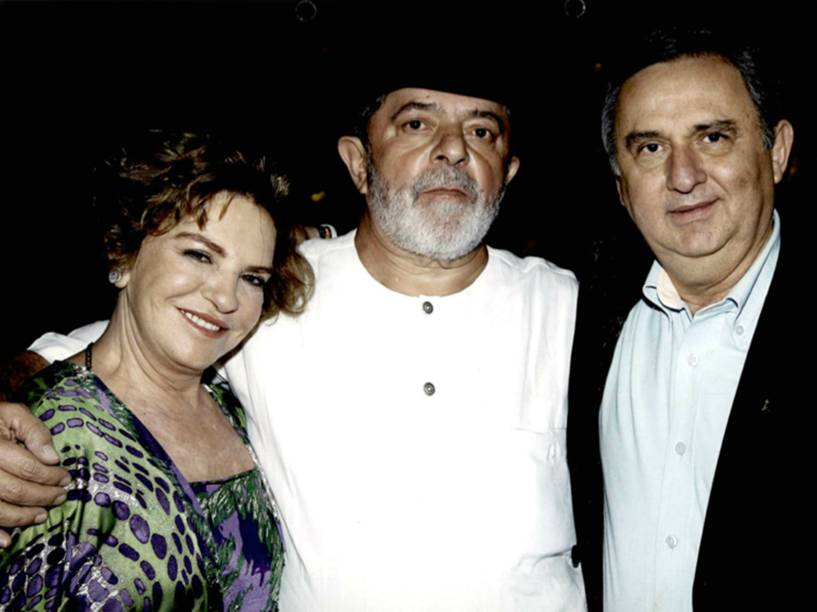 Foto apreendida na casa de José Carlos Bumlai motra o pecuarista ao lado de Lula e da ex-primeira dama Marisa