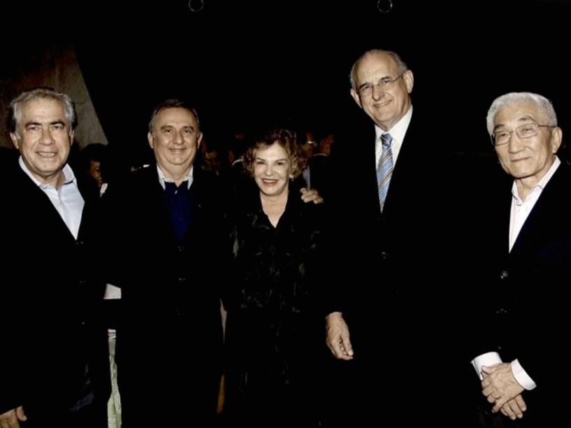 Foto apreendida entre os pertences de José Carlos Bumlai mostra o pecuarista (segundo, da esquerda para a direita) ao lado Marisa Letícia, mulher de Lula. Também aparecem o ex-ministro Nelson Jobim e Juniti Saito, ex-comandante da FAB