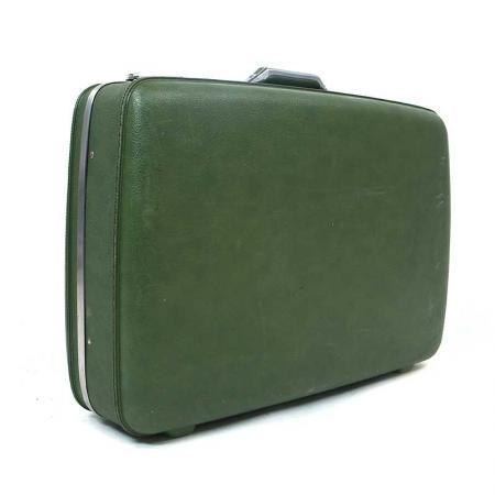 Pete encheu essa mala verde com camisas e gravatas quando ele e sua família embarcaram em um jatinho para deixar Nova York.