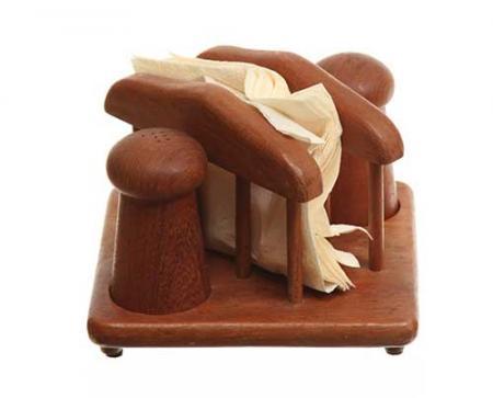 Este porta-guardanapos de madeira com potinhos para sal e pimenta ficava no apartamento de Don e Megan