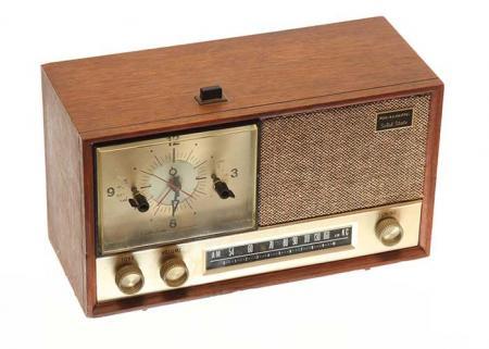 Na série, este rádio relógio ficava na agência de publicidade Sterling Cooper