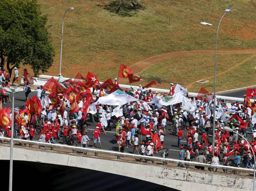 Manifestantes protestam contra a continuidade do processo de Impeachment contra a presidente Dilma Rousseff, em Brasília - 17/04/2016