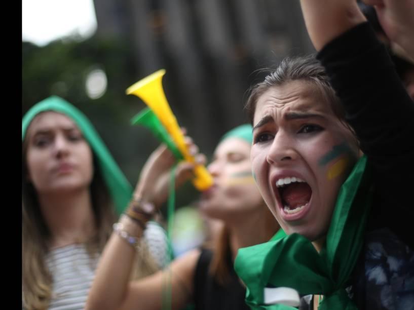Manifestantes fazem protesto na Avenida Paulista, em  SP, contra a Presidente Dilma Rousseff e a nomeação do ex-Presidente Lula como novo Ministro da Casa Civil, na manhã desta quinta-feira (17)