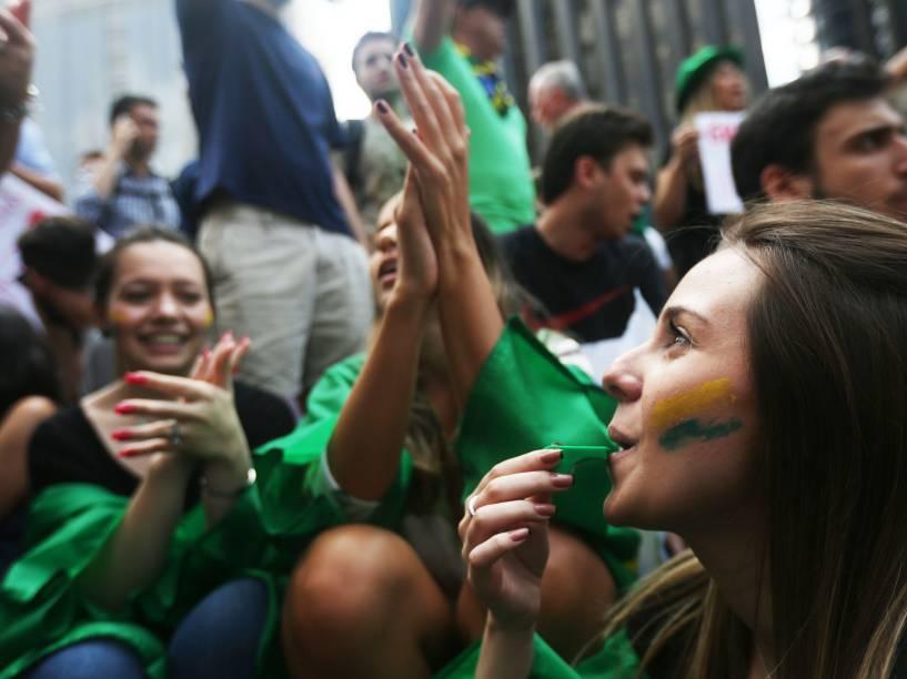 Manifestantes se concentram em frente ao prédio da FIESP, na AV. Paulista, pedindo a renuncia da presidente Dilma Rousseff, na manhã desta quinta-feira (17)