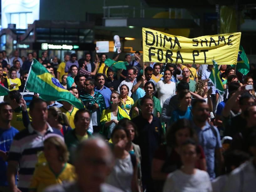 Manifestação contra a nomeação do ex-presidente Lula, para o cargo de ministro-chefe da Casa Civil, na Avenida Paulista, em São Paulo (SP), na noite desta quarta-feira (16)