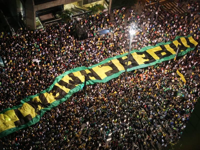 Centenas de manifestantes inconformados com a nomeação do ex-presidente Lula para chefe da casa civil protestam na av. Paulista, nesta noite de quarta-feira (16)