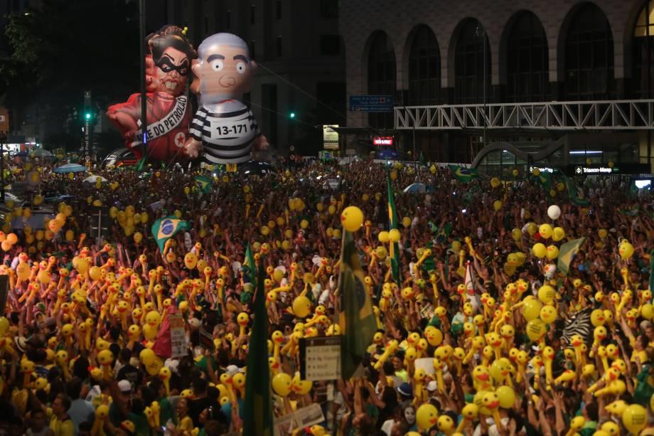 Manifestantes durante a votação que dará ou não continuidade ao processo de Impeachment contra a presidente Dilma Rousseff, na Avenida Paulista, em São Paulo - 17/04/2016