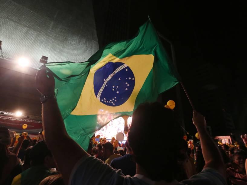 Manifestantes acompanham a votação da Câmara dos Deputados por telão, na Avenida Paulista, em São Paulo - 17/04/2016