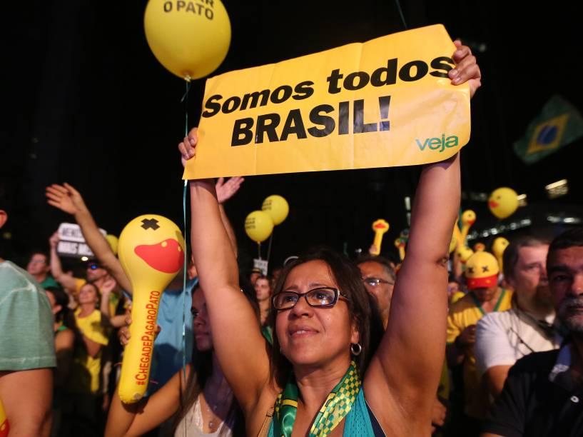 Manifestantes acompanham por telão, na Avenida Paulista, a votação na Câmara dos Deputados, que dará ou não continuidade ao processo contra a Presidente Dilma - 17/04/2016