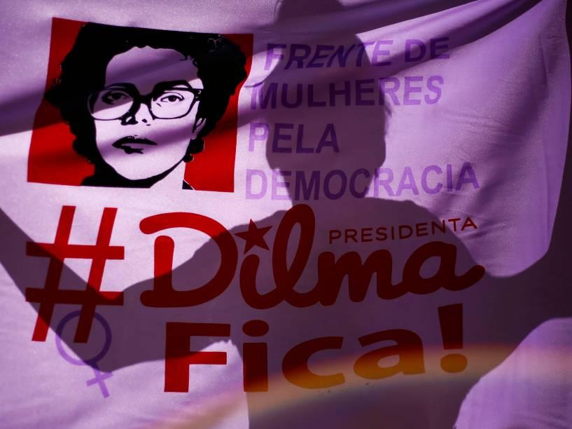 Manifestantes contra o Impeachment da Presidente Dilma Rousseff se reúnem no Vale do Anhangabaú, centro da cidade de São Paulo, enquanto aguardam pelo início da votação que dará ou não continuidade ao processo - 17/04/2016