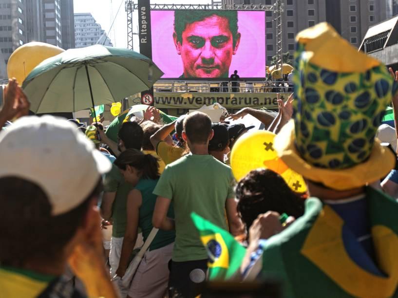 Manifestantes aguardam o início da votação que dará ou não continuidade ao processo de Impeachment contra a presidente Dilma Rousseff, na Avenida Paulista, em São Paulo - 17/04/2016