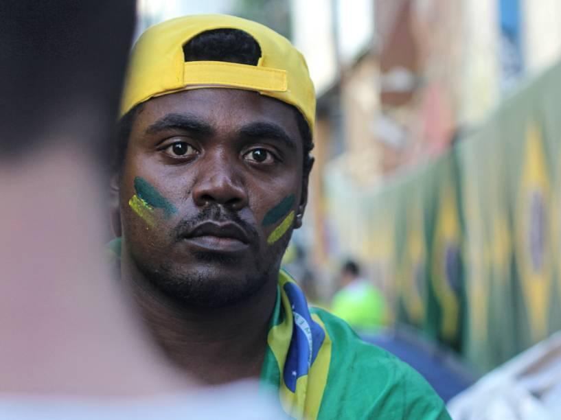 Manifestante pinta o rosto de verde amarelo em apoio ao Impeachment da presidente Dilma Rousseff, no protesto que acontece na Avenida Paulista, em São Paulo - 17/04/2016
