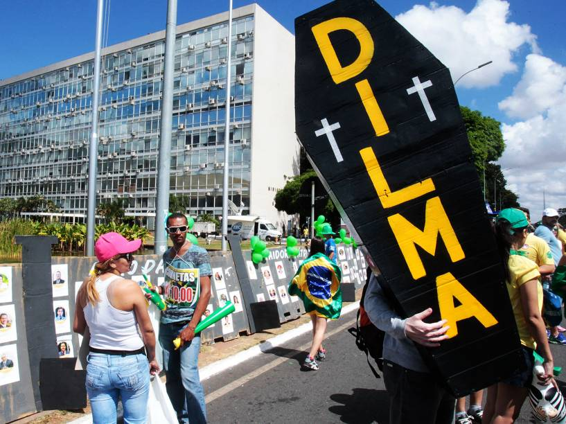 Movimento de pessoas na área destinada aos protestos pró e contra impeachment da presidente Dilma Rousseff, lados que estão separados por um muro de metal, na Esplanada dos Ministérios, em frente ao Congresso Nacional, em Brasília - 17/04/2016