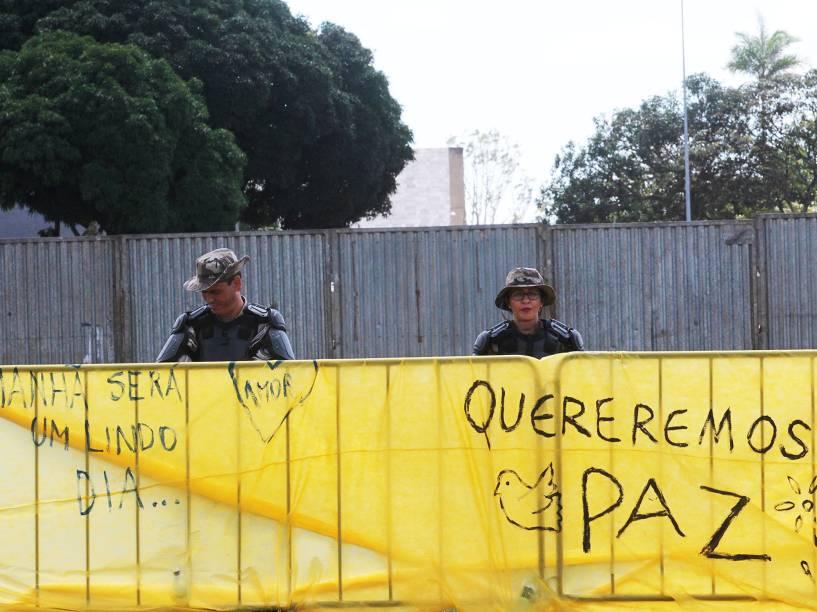 Policiais na área destinada aos protestos pró e contra impeachment da presidente Dilma Rousseff, lados que estão separados por um muro de metal, na Esplanada dos Ministérios, em frente ao Congresso Nacional, em Brasília - 17/04/2016