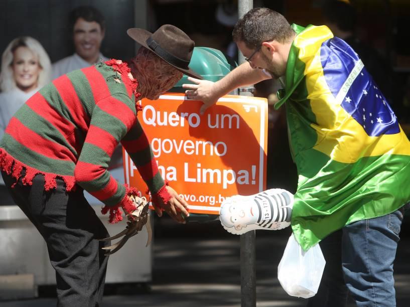 Manifestantes pró-impeachment chegam na Avenida Paulista, na zona central de São Paulo. O pedido de impeachment da oposição contra a presidente Dilma passará pela votação dos deputados federais em sessão marcada, na Câmara dos Deputados - 17/04/2016