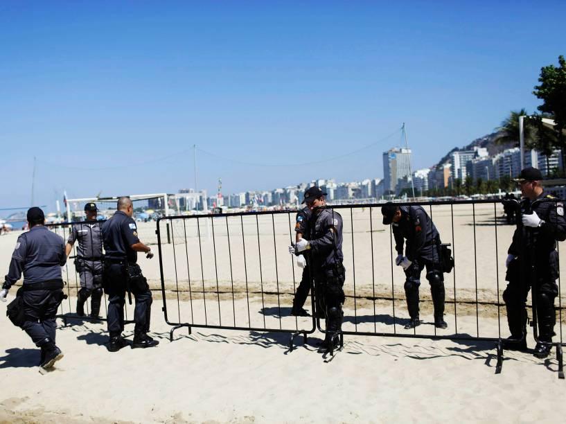 Policiais instalam uma cerca para dividir manifestantes pró e contra impeachment da presidente Dilma Rousseff, na praia de Copacabana, zona sul do Rio de Janeiro. O pedido de impeachment da oposição contra a presidente Dilma passará pela votação dos deputados federais, na Câmara dos Deputados - 17/04/2016