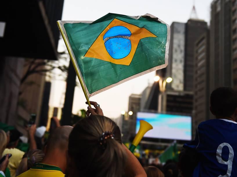 Manifestantes levantam bandeira do Brasil em protesto a favor do impeachment, na Avenida Paulista, São Paulo - 17/04/2016