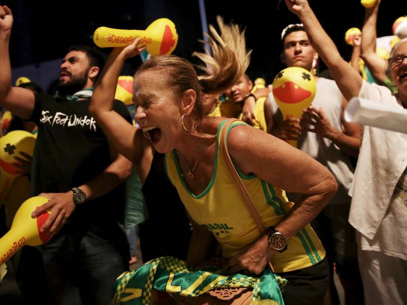 Manifestante a favor do impeachment da presidente Dilma Rousseff comemora ao assistir a votação da Câmara dos Deputados, que decidiram por dar prosseguimento ao processo, em Brasília - 17/04/2016
