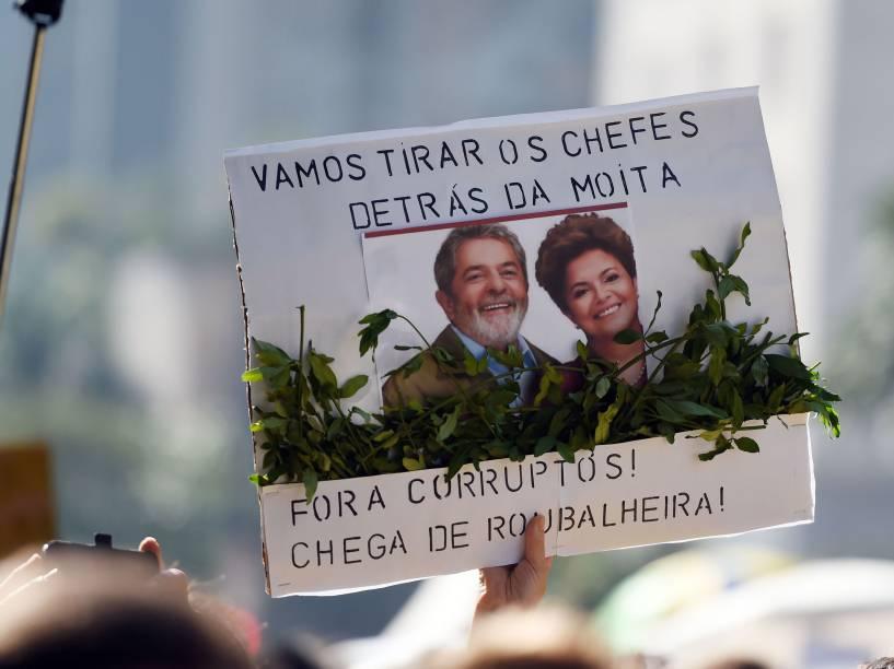 Manifestantes usam a criatividade para protestar contra o governo de Dilma Rousseff e contra o PT, na Avenida Paulista, São Paulo