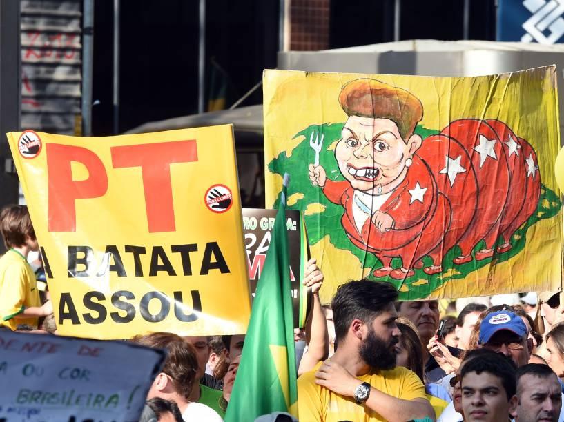 Cartazes com frases e desenhos contra o governo da presidente Dilma Rousseff chamam a atenção durante manifestação na Avenida Paulista, São Paulo