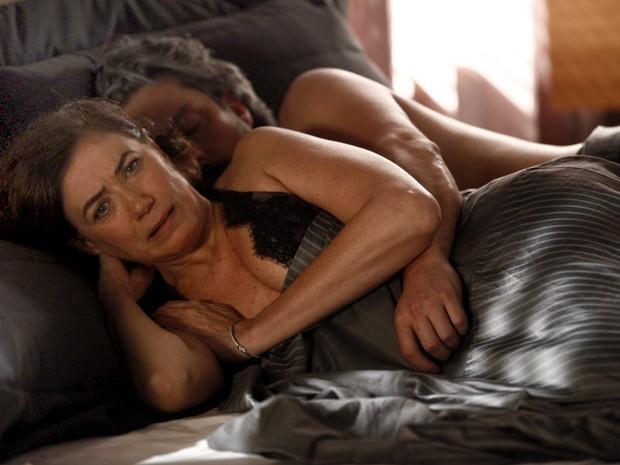 Maria Marta (Lilia Cabral) e José Alfredo (Alexandre Nero) na cama em cena da novela Império