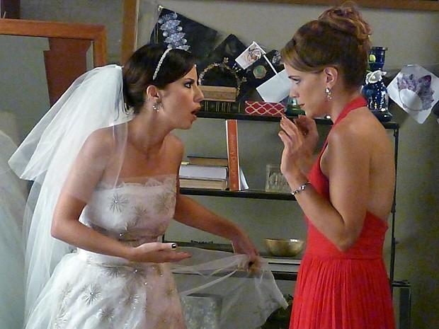 Maria Clara (Andrea Horta) e Cristina (Leandra Leal) se estapeiam antes do casamento com Vicente (Rafael Cardoso)