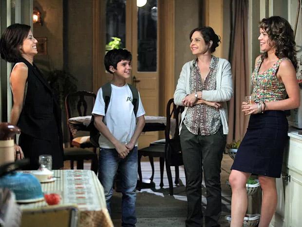 Maria Clara (Andreia Horta) vai à casa de Cristina (Leandra Leal) conhecê-la e encontra Cora (Drica Moraes) e Victor (Adriano Alves)