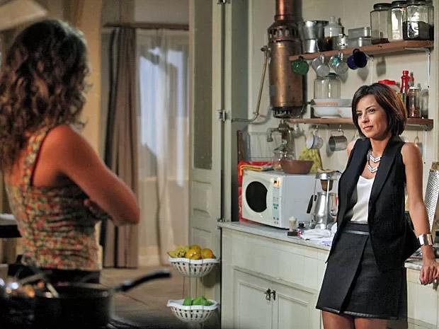 Maria Clara (Andreia Horta) vai à casa de Cristina (Leandra Leal) conhecê-la