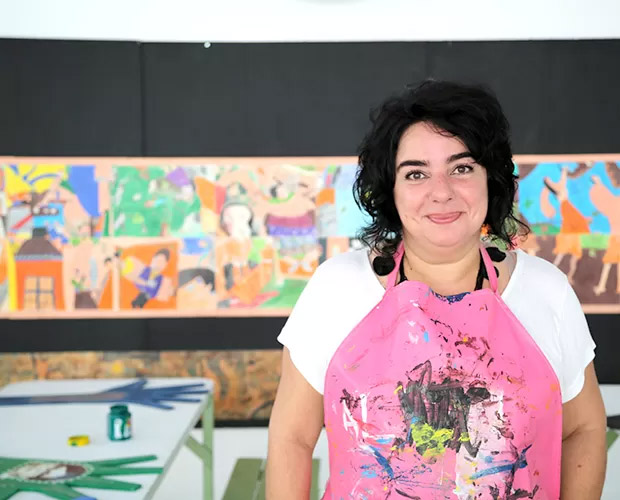 A pernambucana Mariza, de 51 anos, dá aulas de arte para crianças e adolescentes