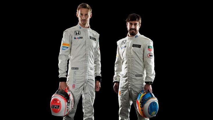 Jenson Button e Fernando Alonso posam com os novos macacões da McLaren
