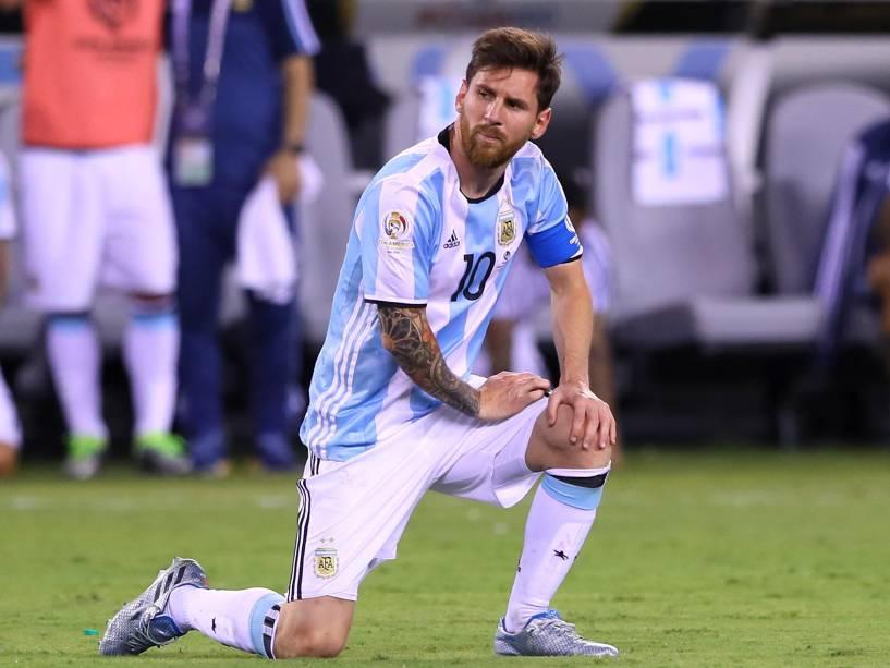 Lionel Messi chora a derrota na final da Copa América Centenário, diante do Chile, em Nova Jérsey