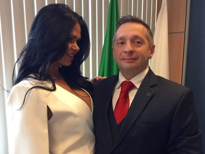 Milena Santos comemora com o marido, Alexandre Teixeira, o primeiro dia como Primeira-Dama do Ministério de Turismo com ensaio fotográfico no gabinete - 25/04/2016