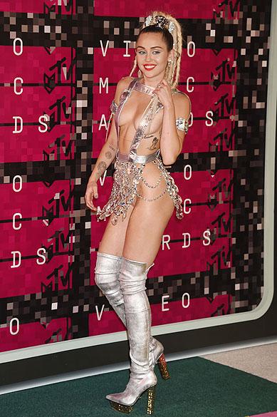 Miley Cyrus desfila seminua pelo tapete no Video Music Awards, da MTV, em Los Angeles, neste domingo (30)