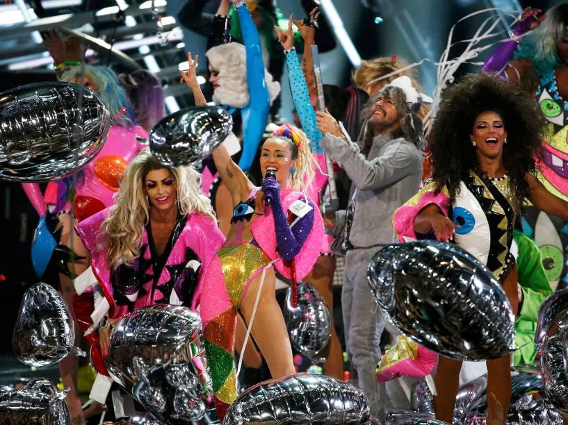 Miley Cyrus apresenta Video Music Awards, da MTV, em Los Angeles, neste domingo (30)