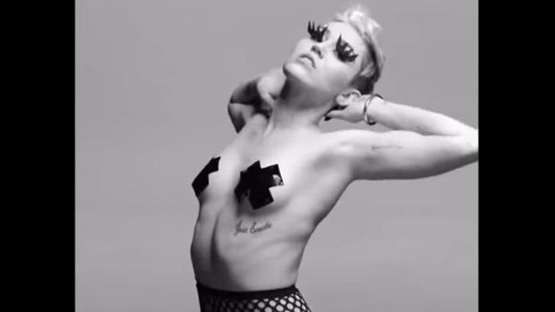 Miley Cyrus seminua no vídeo Tongue Tied, do  fotógrafo Quentin Jones
