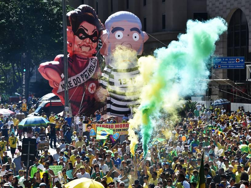 Manifestantes contra o governo da presidente Dilma Rousseff (PT) concentram-se na avenida Paulista para acompanhar a votação do processo de impeachment- 17/04/2016