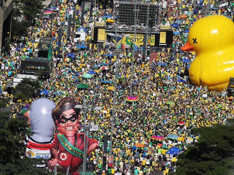 Manifestantes favoráveis ao impeachment da presidente Dilma Rousseff se concentram na Avenida Paulista. O pedido de impeachment da oposição contra a presidente passa pela votação dos deputados em sessão marcada para esta tarde na Câmara - 17/04/2016