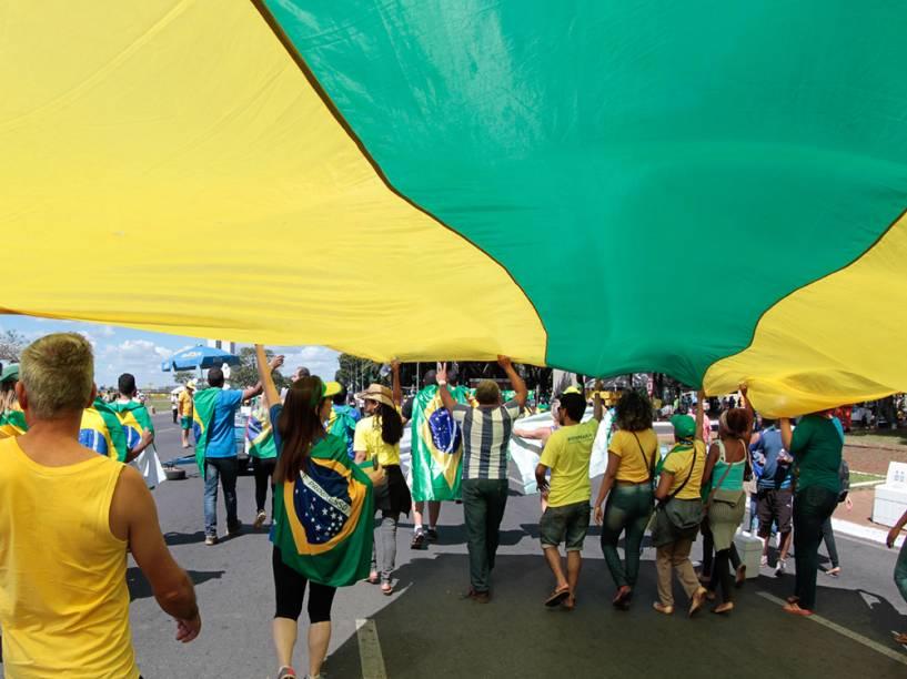 Manifestantes levantam bandeira verde e amarela como forma de protesto a favor do Impeachment contra presidente Dilma Rousseff - 17/04/2016