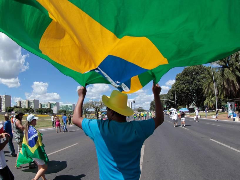 Manifestantes se reúnem na frente do Congresso Nacional, em Brasília, para apoiar deputados que votam hoje a favor do Impeachment da Presidente Dilma Rousseff - 17/04/2016