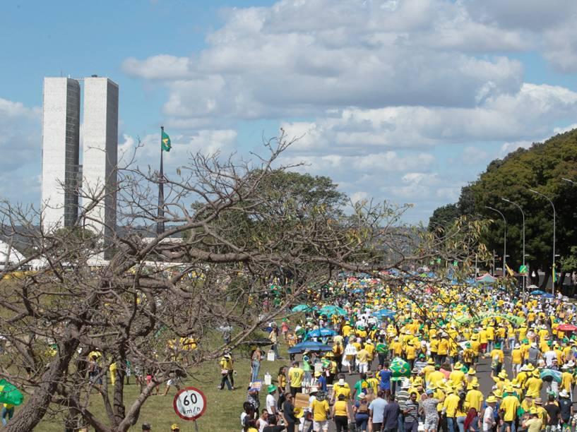 Na frente do Congresso Nacional, manifestantes pedem pelo impeachment da Presidente Dilma Rousseff. A votação acontece hoje, na Câmara dos Deputados - 17/04/2016