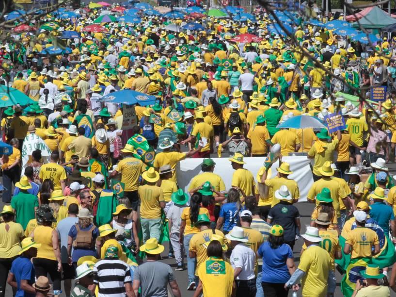 De um lado do muro, manifestantes marcham e protestam em apoio aos deputados que votarão a favor do Impeachment, em Brasília