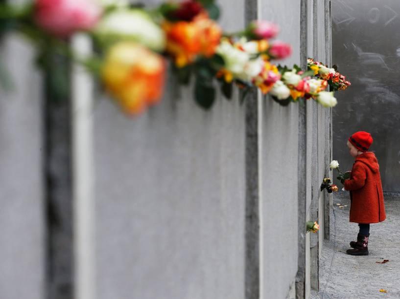Criança coloca uma rosa no memorial em Bernauer Strasse, durante uma cerimônia que marca o 25º aniversário da queda do Muro de Berlim - 09/11/2014