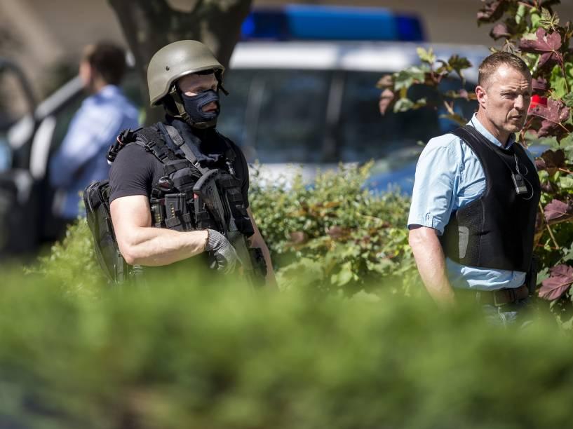 Policiais fortemente armados realizam operação em um complexo que abriga um cinema, após ataque de um homem armado em Viernheim, na Alemanha - 23/06/2016