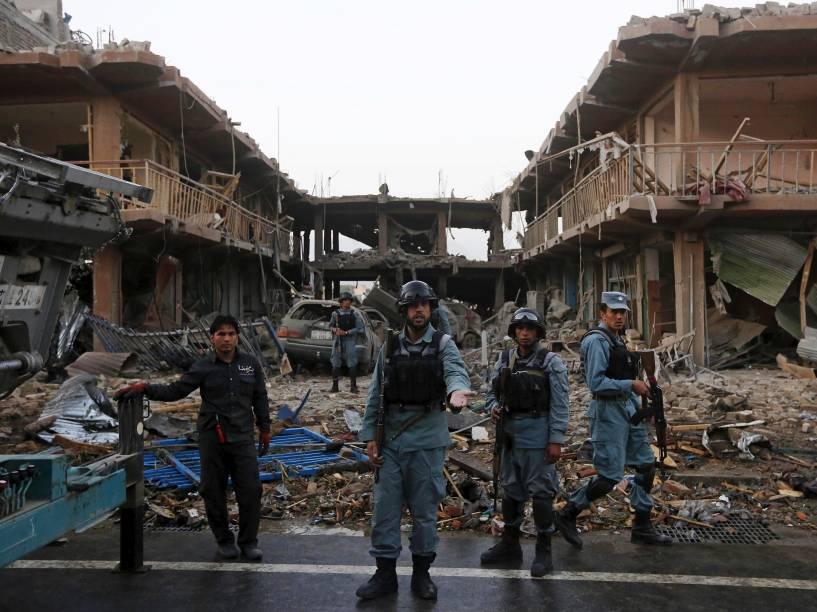 Policiais afegãos ficam de guarda no local de um ataque com um caminhão-bomba em Cabul, no Afeganistão