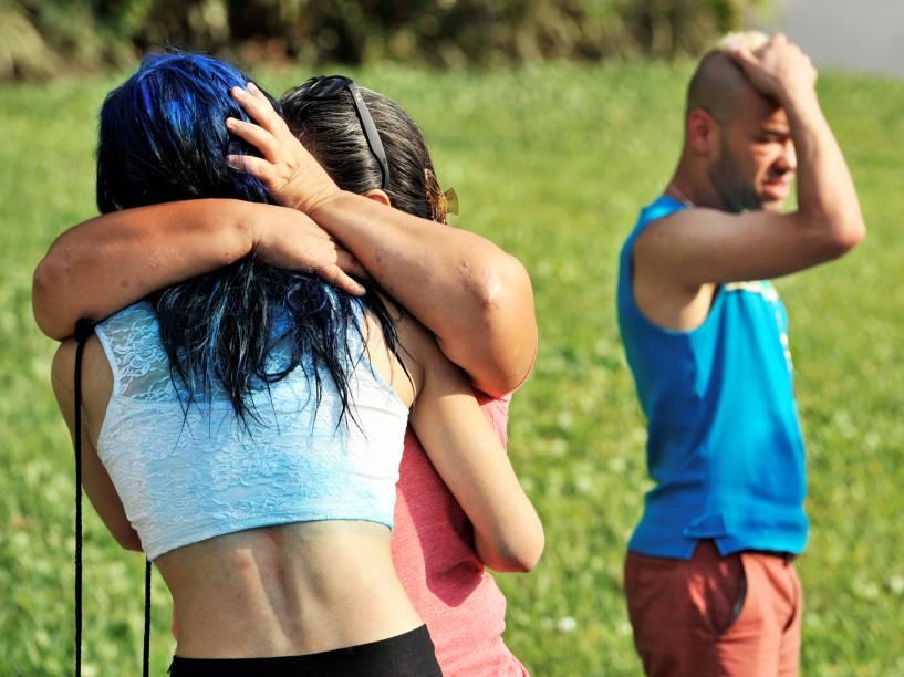 Amigos e familiares das vítimas do tiroteio na boate Pulse, em Orlando, na Flórida (EUA), se abraçam - 12/06/2016
